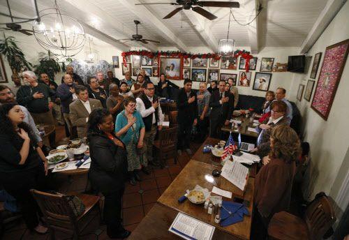El grupo Tejano Democratas se reunió con el rentero Khraish Khraish en La Calle 12 eñ 3 de enero.
