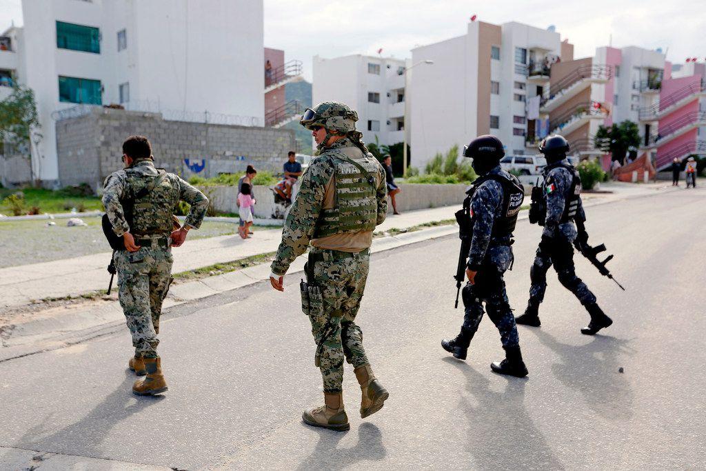 En esta fotografía de archivo sin fecha, se ve a elementos de la Armada y de la Policía Federal mexicana atender un tiroteo en Jose del Cabo, Baja California Sur.