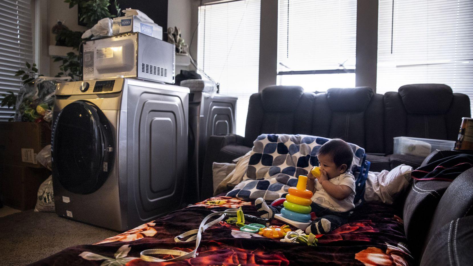 Juan González Jr, juega con sus juguetes en la sala de su apartamento que su madre improvisó como dormitorio en el complejo Everly Apartmens. El lugar ha sido afectado por daños causados por ruptura de tuberías y no han tenido agua en más de dos semanas.