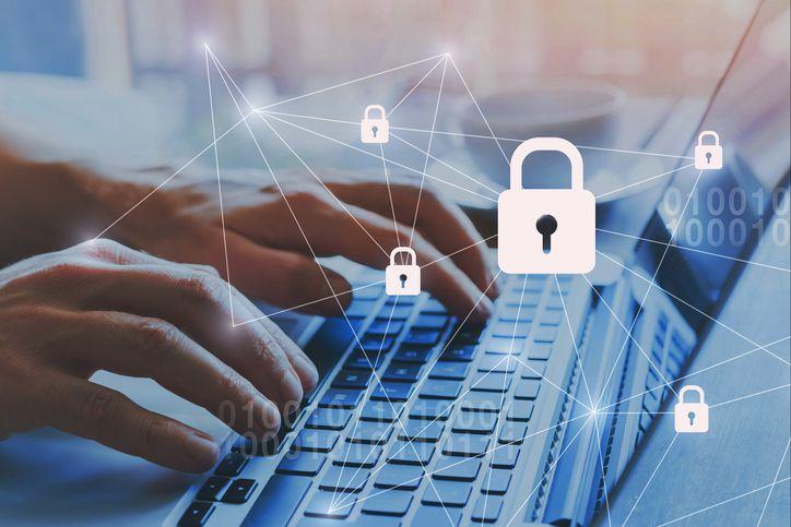 Especialistas en redes recomiendan instalar programas que protejan aparatos digitales de in intrusión de virus y ladrones de datos.