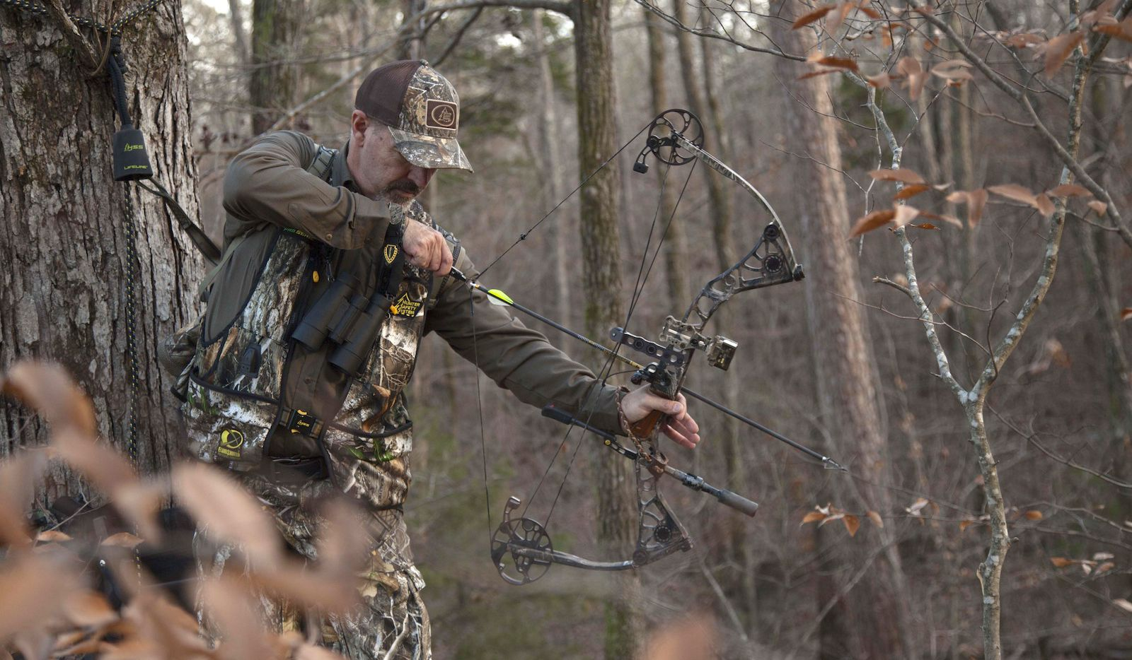 Archery hunters frequently rely on tree stands to elevate themselves well above ground to help beat the whitetail s sharp eyesight and keen sense of smell. Using a high quality safety harness and Lifeline like those manufactured by Hunter Safety System will greatly reduce the chances of taking an unexpected tumble.