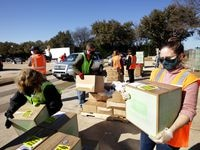 El North Texas Food Bank tendrá tres eventos para personas a pie. El banco de comida de Tarrant anunció que todavía requerirá el uso de cubrebocas en la entrega de despensas.