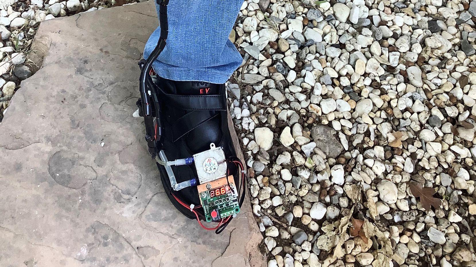 Los zapatos ayudarían a bajar la temperatura de los pies y así evitar que se formen úlceras que pueden terminar en amputaciones. En la imagen, el Dr. Yavuz se prueba su zapato experimental.