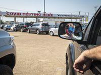 Johnny Most, de 47 años, de Dallas, hizo fila a principios de septiembre en el drive-thru Yes No Covid en el noreste de Dallas. Most dijo estar vacunado pero tenía síntomas por lo que quería hacerse la prueba.