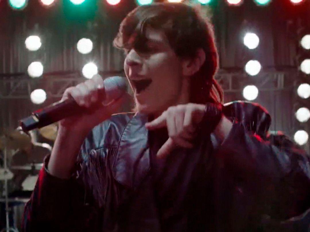 """Felipe Albors en una escena de """"Súbete a mi moto"""" en una imagen proporcionada por Amazon Prime. La serie sobre la banda puertorriqueña Menudo se estrena en Amazon Prime el 9 de octubre de 2020."""