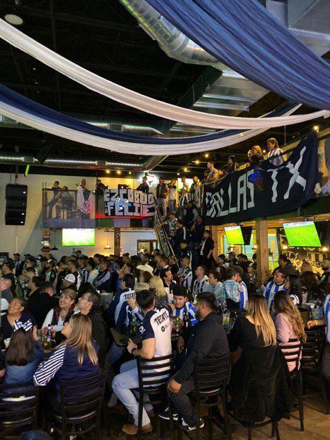 Fans de los Rayados se reúnen en el bar La Canchita de Dallas para ver sus partidos por TV.