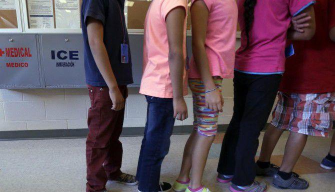 En esta foto de septiembre del 2014 se muestra a niños en un centro de detención de la agencia de migración ICE en Karney City, Texas.(AP)