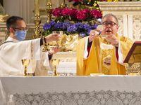 Michael Olson (der.), obispo de la Diócesis de Fort Worth, ordenó que las iglesias de su demarcación seguirán celebrando misas con las medidas de seguridad que se llevan a cabo desde septiembre, con una capacidad al 50% y el uso obligatorio de cubrebocas.