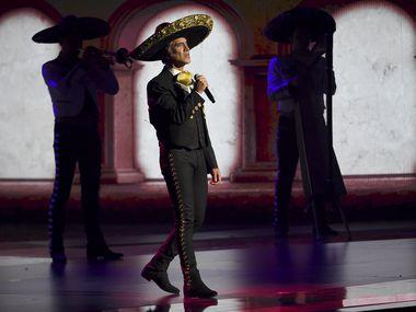 """Alejandro Fernández interpreta un medley en la ceremonia de los Latin Grammy el 14 de noviembre de 2019 en Las Vegas. Fernández lanzó la edición especial de su álbum """"Hecho en México"""" el 16 de julio de 2021."""