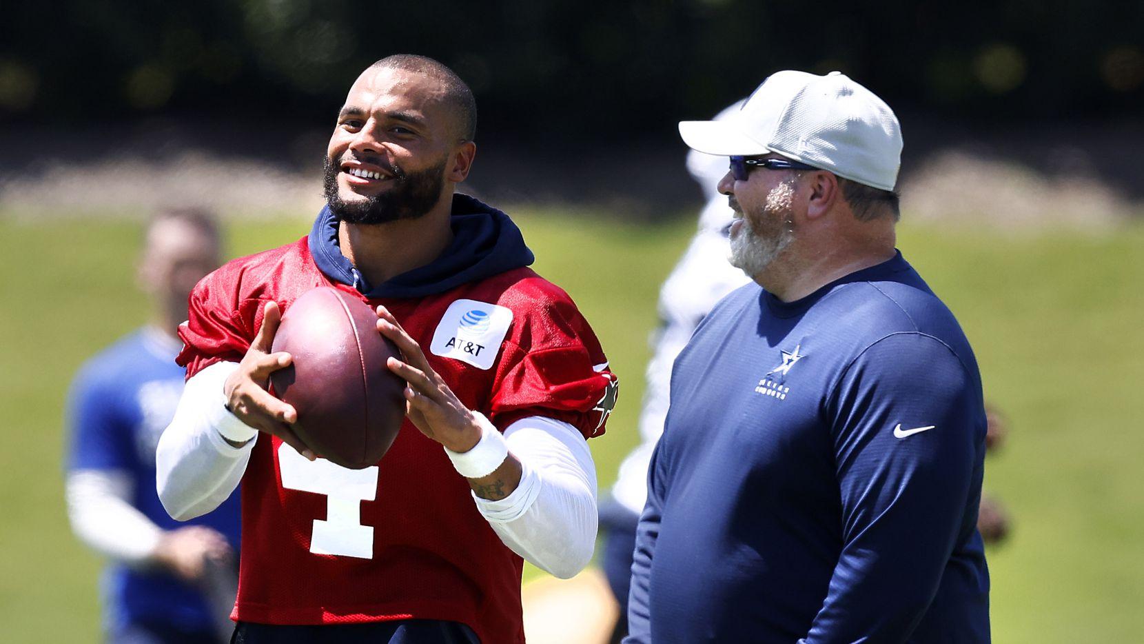 El entrenador en jefe de los Cowboys de Dallas, Mike McCarthy, y el mariscal de campo Dak Prescott,  se ríen después de una práctica en The Star en Frisco, el miércoles 25 de agosto de 2021 (Tom Fox / The Dallas Morning News).