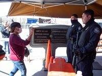 Una persona enseña su visa a agentes fronterizos en el Puente Internacional Paso del Norte entre Ciudad Juárez y El Paso. El viernes la administración de Donald Trump anunció que restringirá cruces no esenciales para ingresar a Estados Unidos.