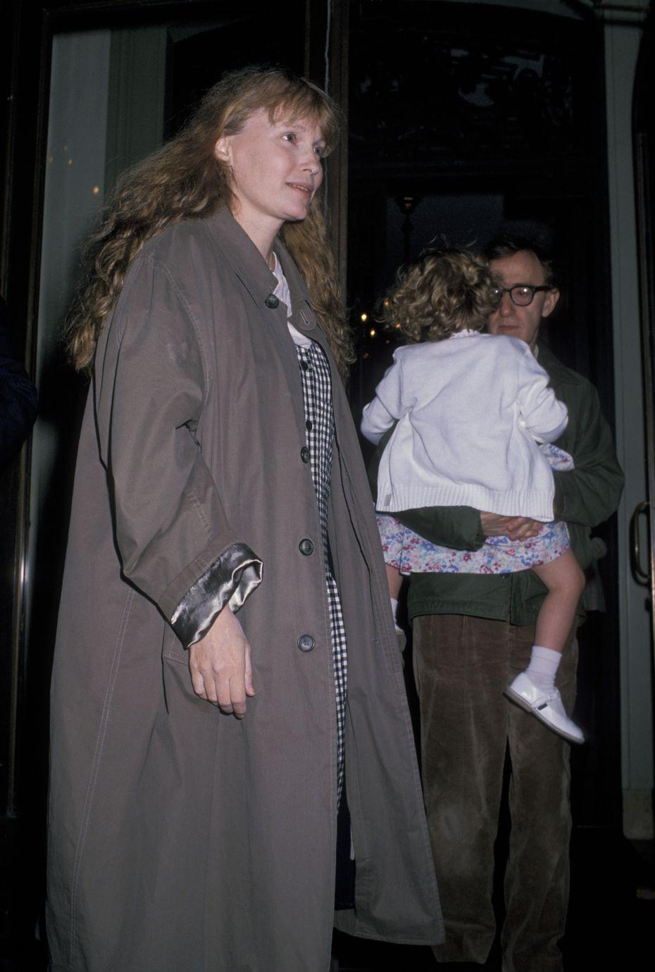 Mia Farrow, Dylan Farrow y Woody Allen afuera de su apartamento en la Ciudad de Nueva York el 2 de mayo de 1989.