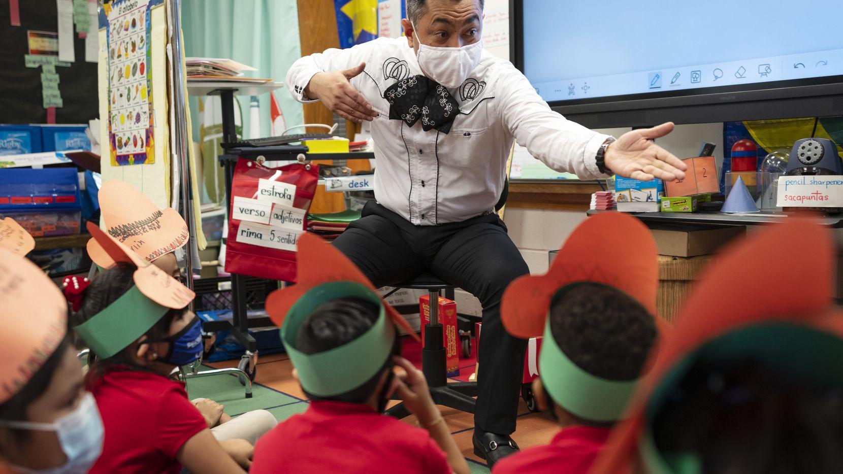José Armendáriz, maestro de la Escuela Pershing, se vistió de mariachi para dar sus clases el pasado 5 de mayo. Armendáriz, de 46 años, fue elegido Maestro del Año por el DISD.