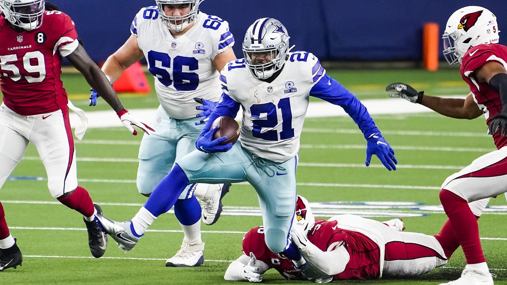 El corredor de los Dallas Cowboys, Ezekiel Elliott (21), rompe una tacleada en al juego ante los Arizona Cardinals, el 19 de octubre de 2020 en el AT&T Stadium de Arlington.