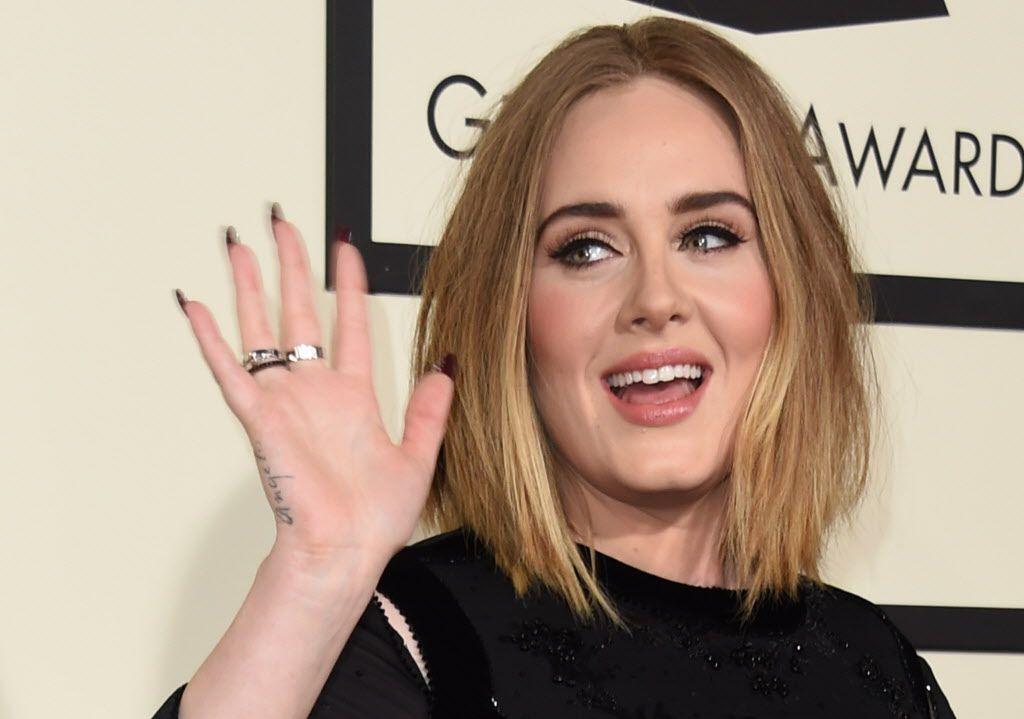 """Adele y su padre Mark Evans mantenían una relación distante, pues él abandonó a su familia cuando la intérprete de """"Rolling in the Deep"""" apenas tenía tres años. Sólo fue criada por su madre, Penny Adkins."""