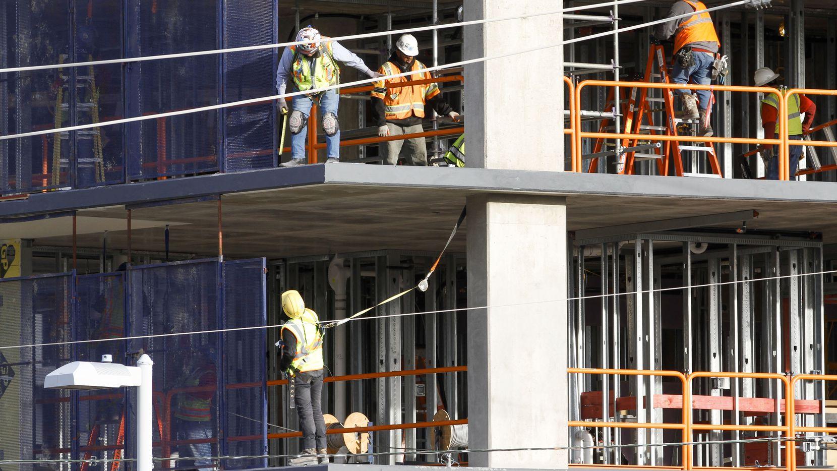 Trabajadores en un sitio de construcción.