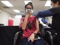 Ana Beatriz, de 24 años y residente de Alvarado, recibe su vacuna en el consulado mexicano durante un evento realizado por la sede consular a fines de marzo.