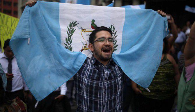Un manifestante celebra que el Congreso retiró la inmunidad al presidente de Guatemala, Otto Pérez Molina. (AP/LUIS SOTO)