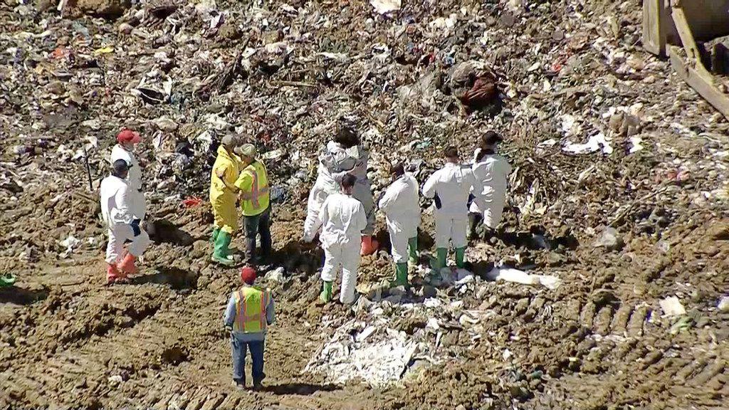 Investigadores buscan el cuerpo del niño de 18 meses Cedrick Jackson en un vertedero de basura.