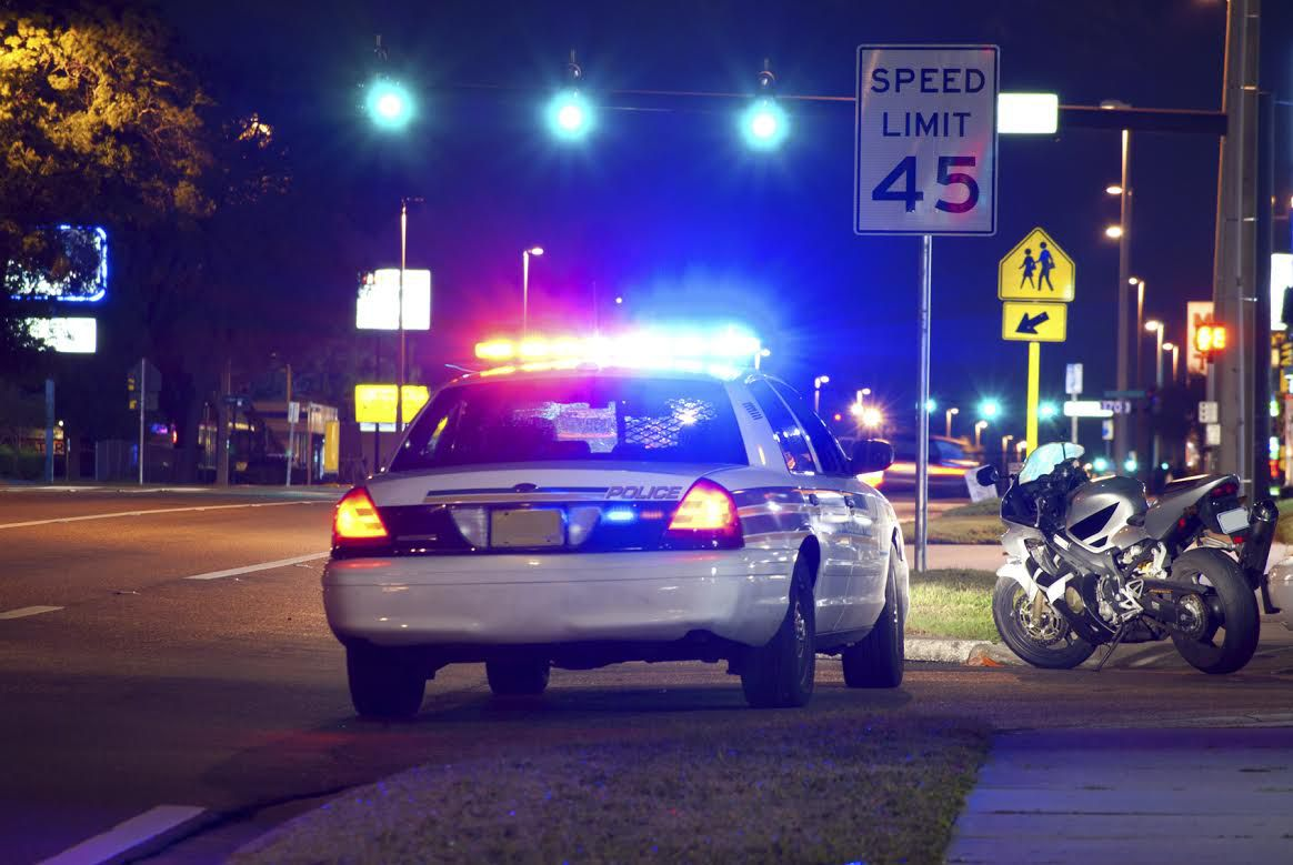 La policía tiene que seguir un protocolo durante una revisión de tráfico (IStock)