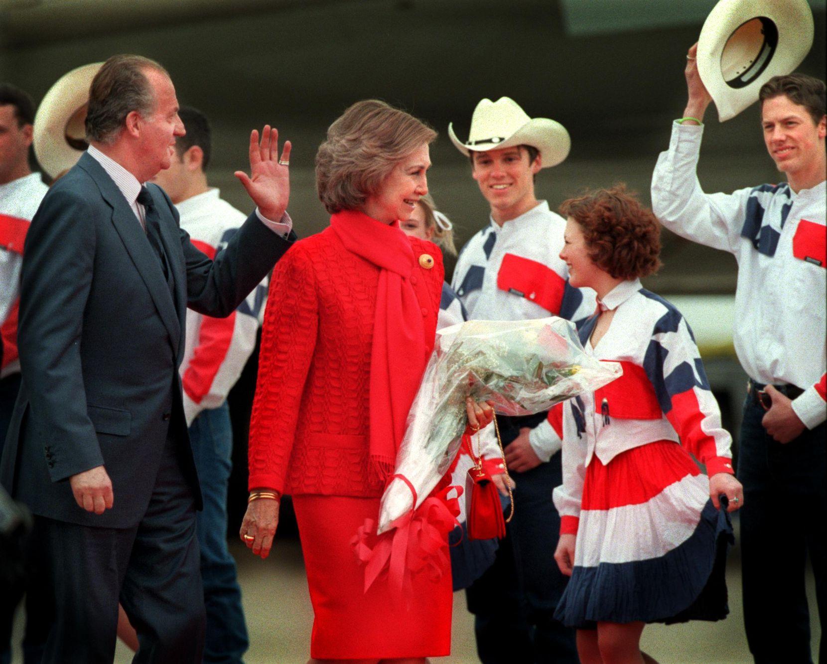 El rey de España Juan Carlos I y la reina Sofía son recibidos a su llegada a Dallas, el jueves 29 de marzo de 2001, en el aeropuerto Love Field.  El punto focal de su visita a Dallas es el nuevo Museo Meadows de la Southern Methodist University, que alberga una de las mayores colecciones de arte español fuera de su país.