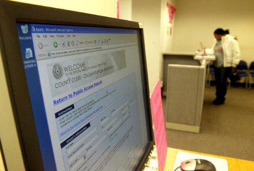 Para evitar un mayor contagio de coronavirus, las oficinas del condado de Dallas realizan trámites como registro de nacimientos, defunciones o licencias de matrimonio solo por teléfono, internet o con previa cita. Lo mismo las oficinas de impuestos del condado y otros servicios.