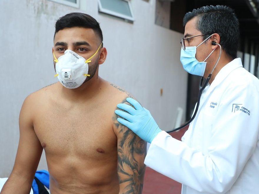 La cuenta oficial de las Chivas en Twitter compartió fotos del equipo siendo atendido por profesionales médicos. (Agencia Reforma)