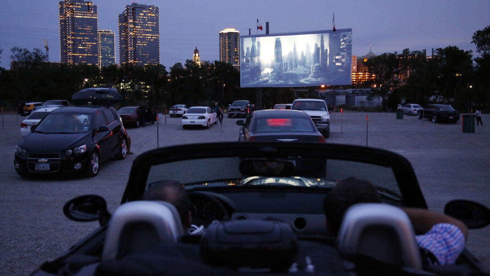 El Coyote Drive-In en Fort Worth es una de las opciones para ver cine con distancia social.