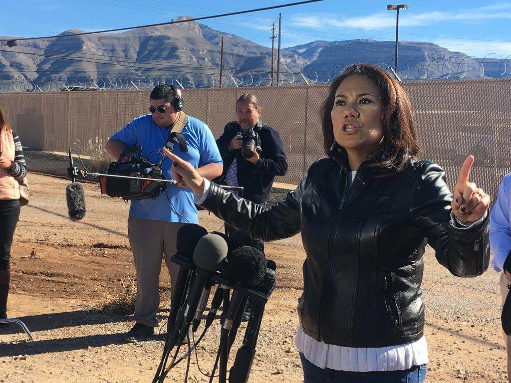 La congresista Verónica Escobar, de El Paso, hablando con reporteros sobre los problemas en la frontera.