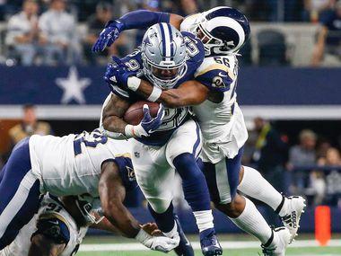 El corredor de los Dallas Cowboys,Ezekiel Elliott (21), rompe tacleadas en el juego contra los Rams de Los Ángeles, el 15 de diciembre de 2019 en el AT&T Stadium de Arlington.