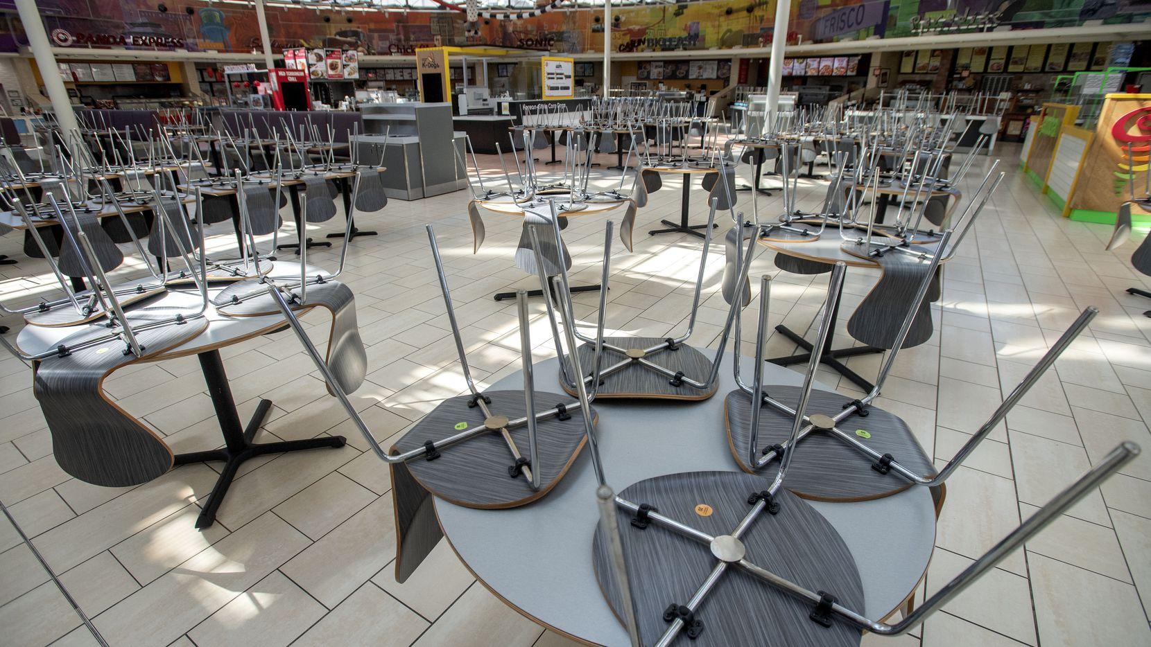 Las mesas y sillas del área de cafeterías en el Stonebriar Mall de Frisco cerró el 25 de marzo de 2020.