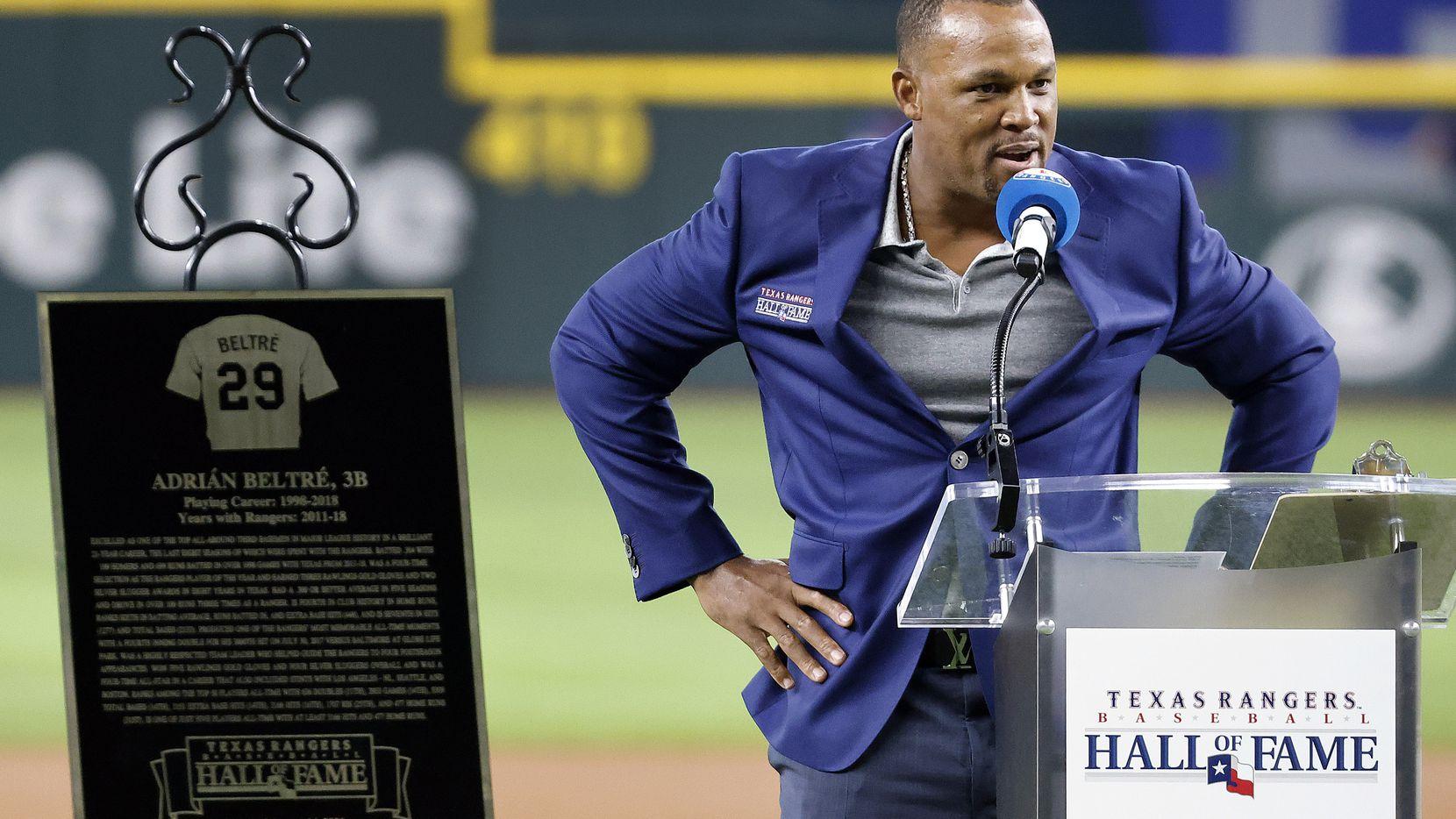 Adrián Beltré habla en su ceremonia de inducción al Salón de la Fama de los Texas Rangers, el 14 de agosto de 2021 en el Globe Life Field en Arlington.