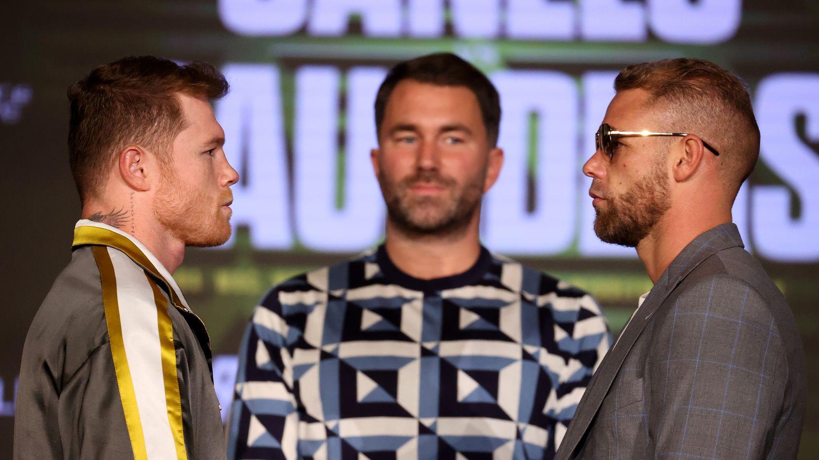"""Saúl  """"Canelo"""" Álvarez (izq) y Billy Joe Saunders (der) se ven cara a cara durante la conferencia de prensa  en el Live! by Loews hotel, el 6 de mayo de 2021. El promotor Eddie Hearn en medio de ambos peleadores."""