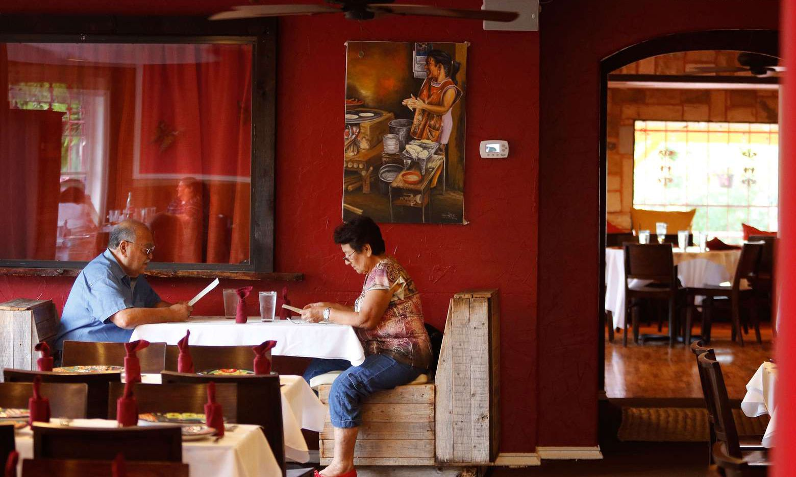 Comensales leen el menú de Campestre Chula Vista en Fort Worth. (Lawrence E. Jenkins/Contribución especial)