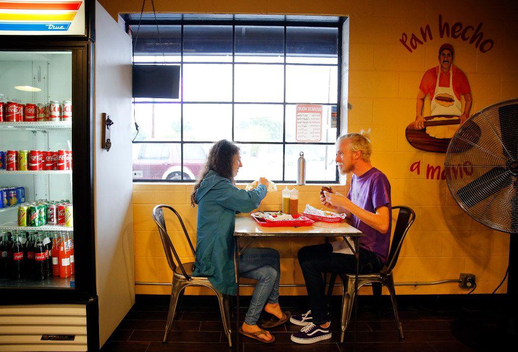 Los pequeños negocios de la ciudad de Dallas podrán recibir fondos por $10,000 que no deberán pagar o pueden aplicar para un préstamo de $50,000. Las solicitudes están abiertas a partir de este lunes.