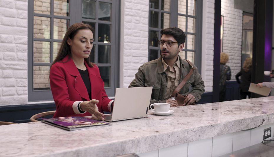 """Christian Vazquez, derecha, y Marimar Vega en una escena de """"De Brutas, Nada"""". La serie se estrena el 24 de septiembre de 2020."""
