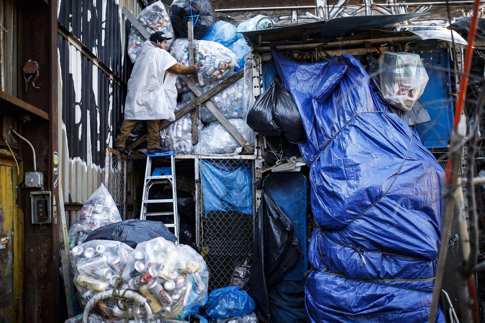 Pedro Galicia está junto a un área de almacenamiento de reciclables en Sure We Can, un centro de recepción sin ánimo de lucro el jueves 27 de febrero de 2020 en Nueva York. (AP Foto/John Minchillo)