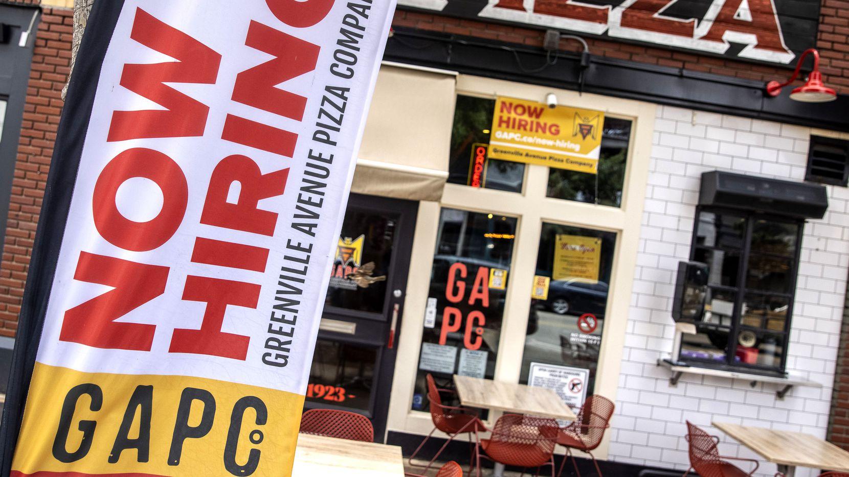 En todo el área de Dallas hay letreros anunciando vacantes. En Greenville Pizza Company ofrecen $200 para aquellos que lleven seis semanas de empleo.