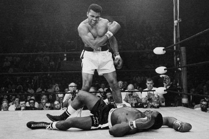 Muhammad Ali noquea a Joe Frazier en una de sus peleas legendarias.