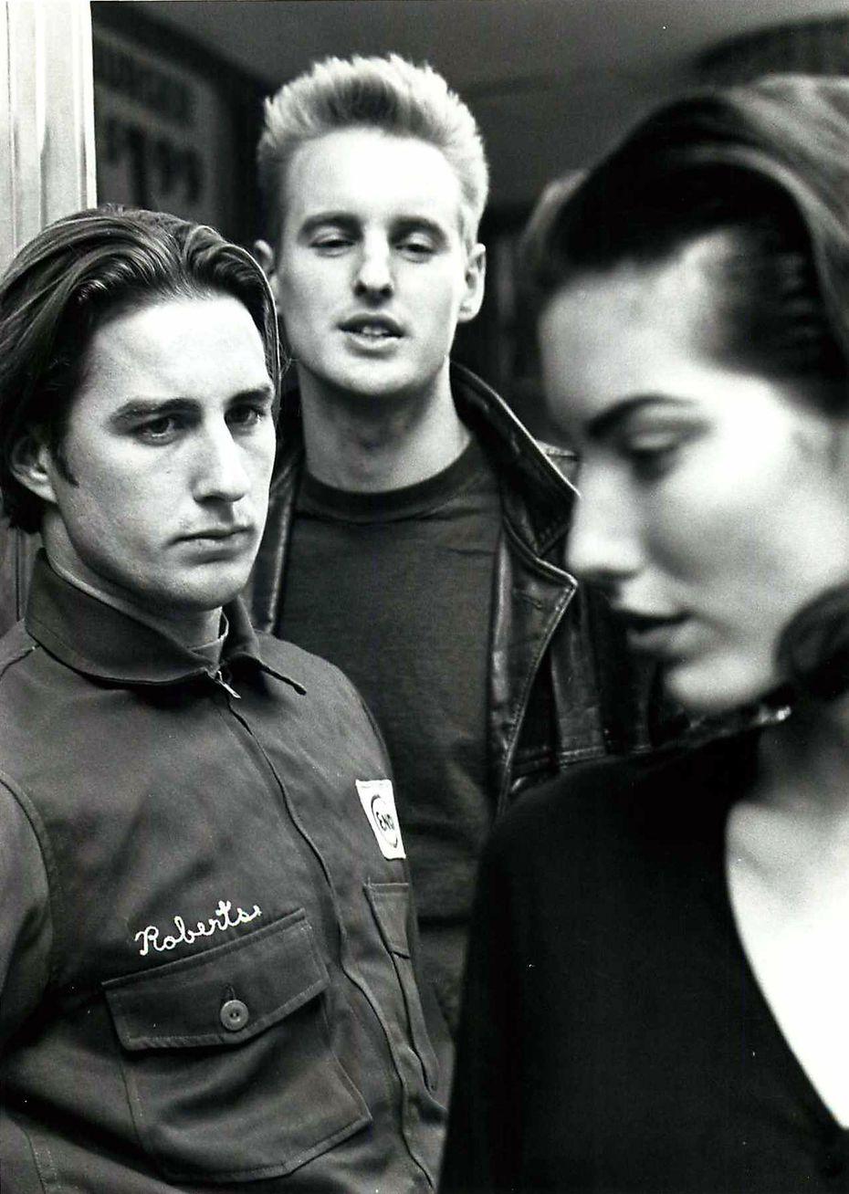 """Lūks Vilsons (pa kreisi) un viņa brālis Ouvens Vilsons (centrā), kā redzams """"pudeles raķete"""" 1996. gadā."""