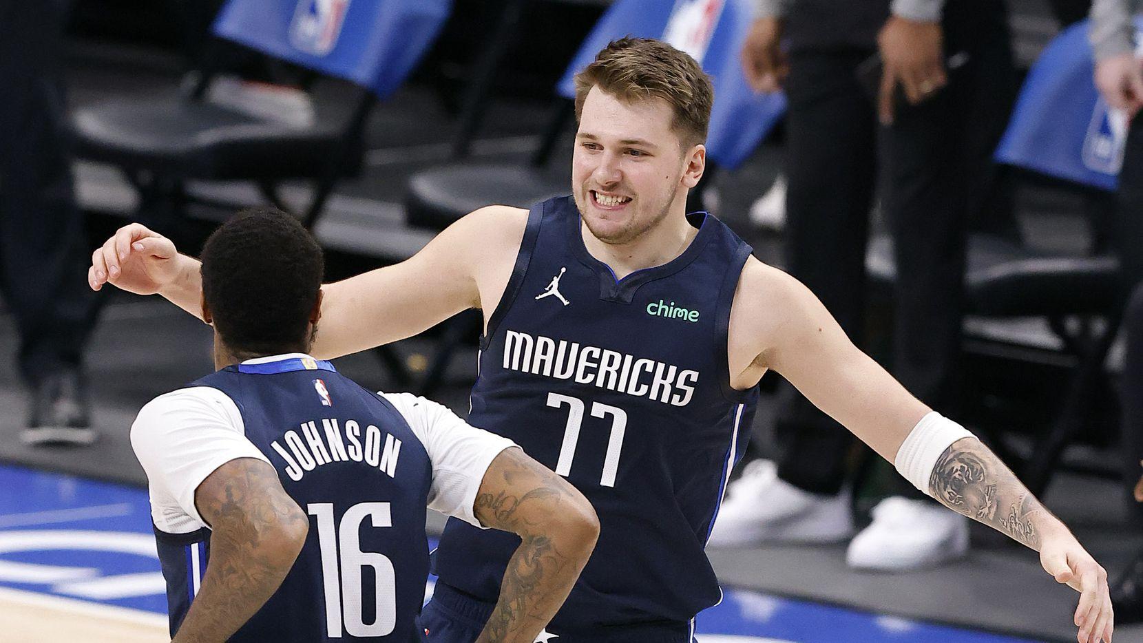 El guardia de los Dallas Mavericks Luka Doncic (77) celebra su anotación que le dio la victoria al equipo ante los Celtics de Boston el 23 de febrero en Dallas.