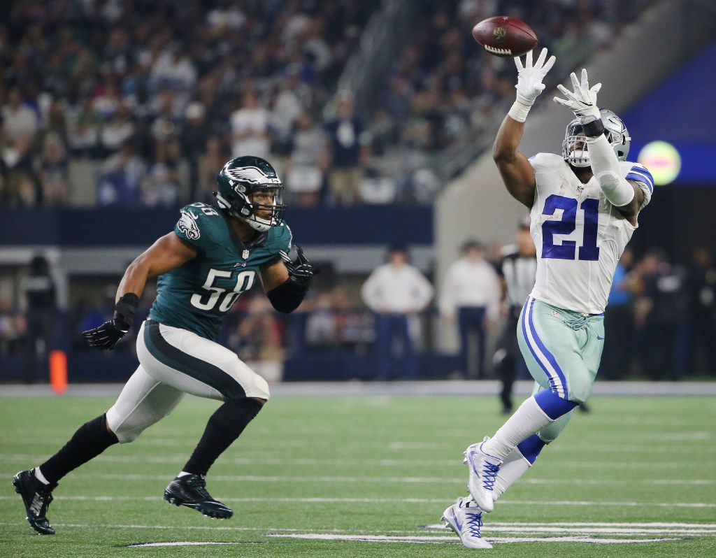 Dallas Cowboys running back Ezekiel Elliott (21) catches the ball in the first quarter with Philadelphia Eagles middle linebacker Jordan Hicks (58) nearby during a National Football League game between the Philadelphia Eagles and Dallas Cowboys at AT&T Stadium in Arlington, Texas Sunday October 30, 2016. (Andy Jacobsohn/The Dallas Morning News)