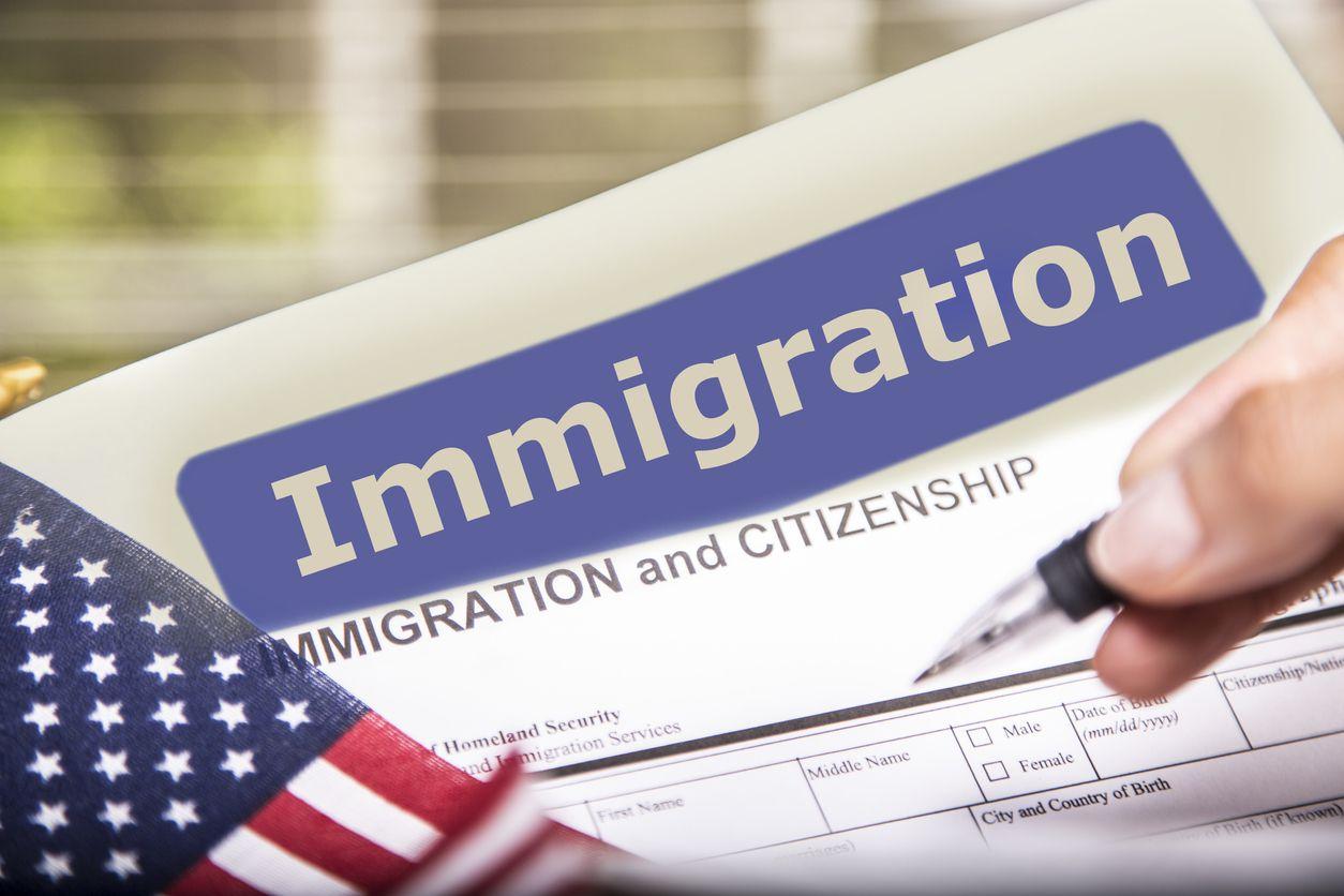 Una persona llena una solicitud de naturalización de la agencia USCIS.