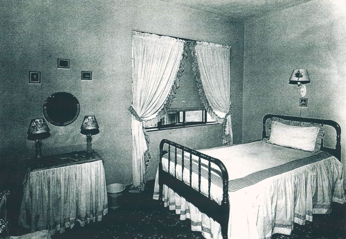 A Roseland Homes bedroom, 1944.