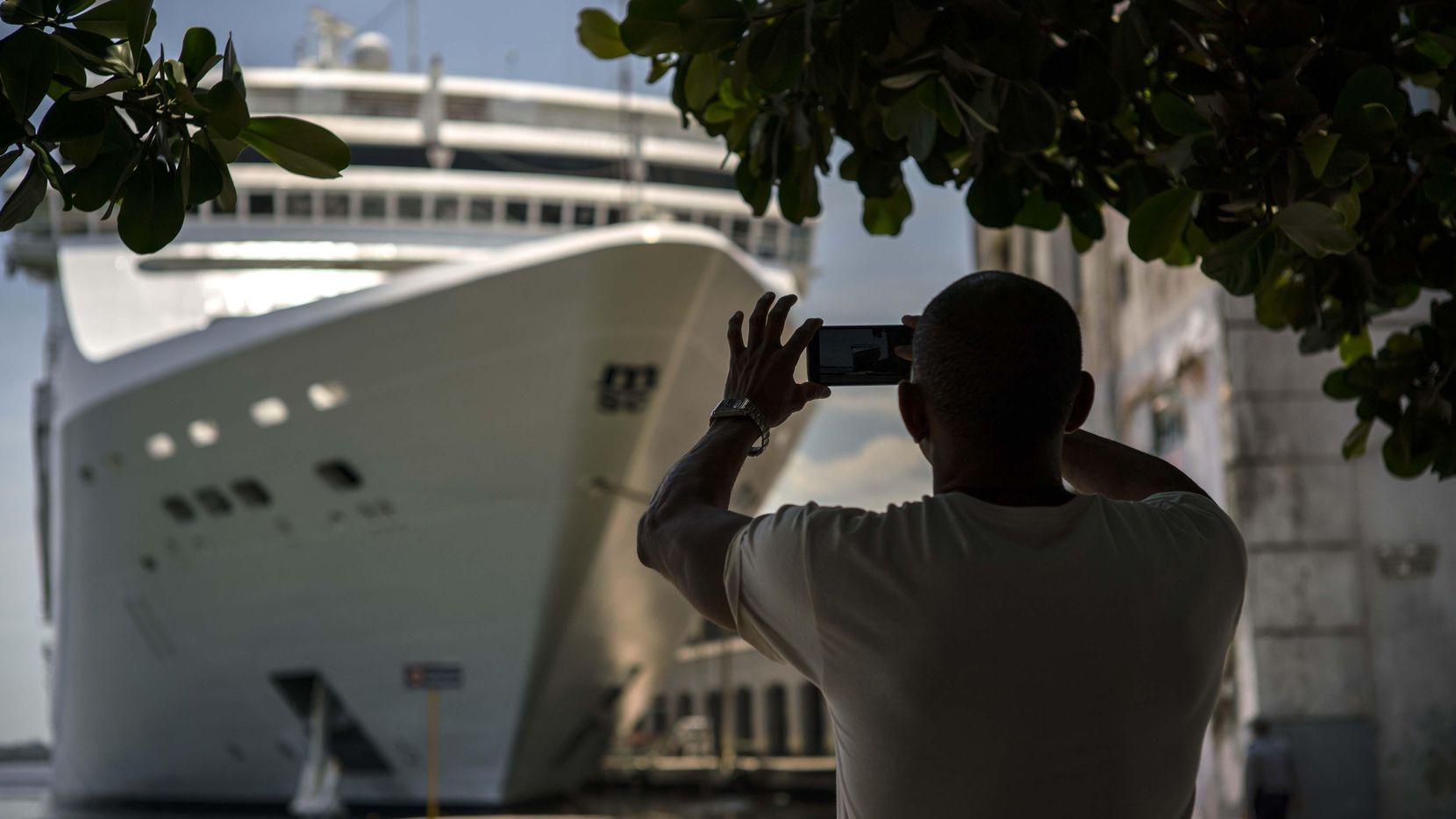 Un cruzero lleno de turistas llegó en junio del 2017 al puerto de La Habana. (AP/Ramon Espinosa)