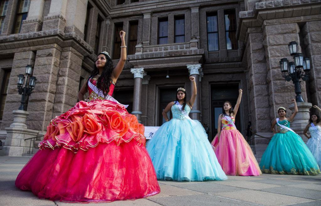 Un grupo de activistas de Jolt, con trajes de quinceañeras para protestar en contra de la ley SB4. DMN