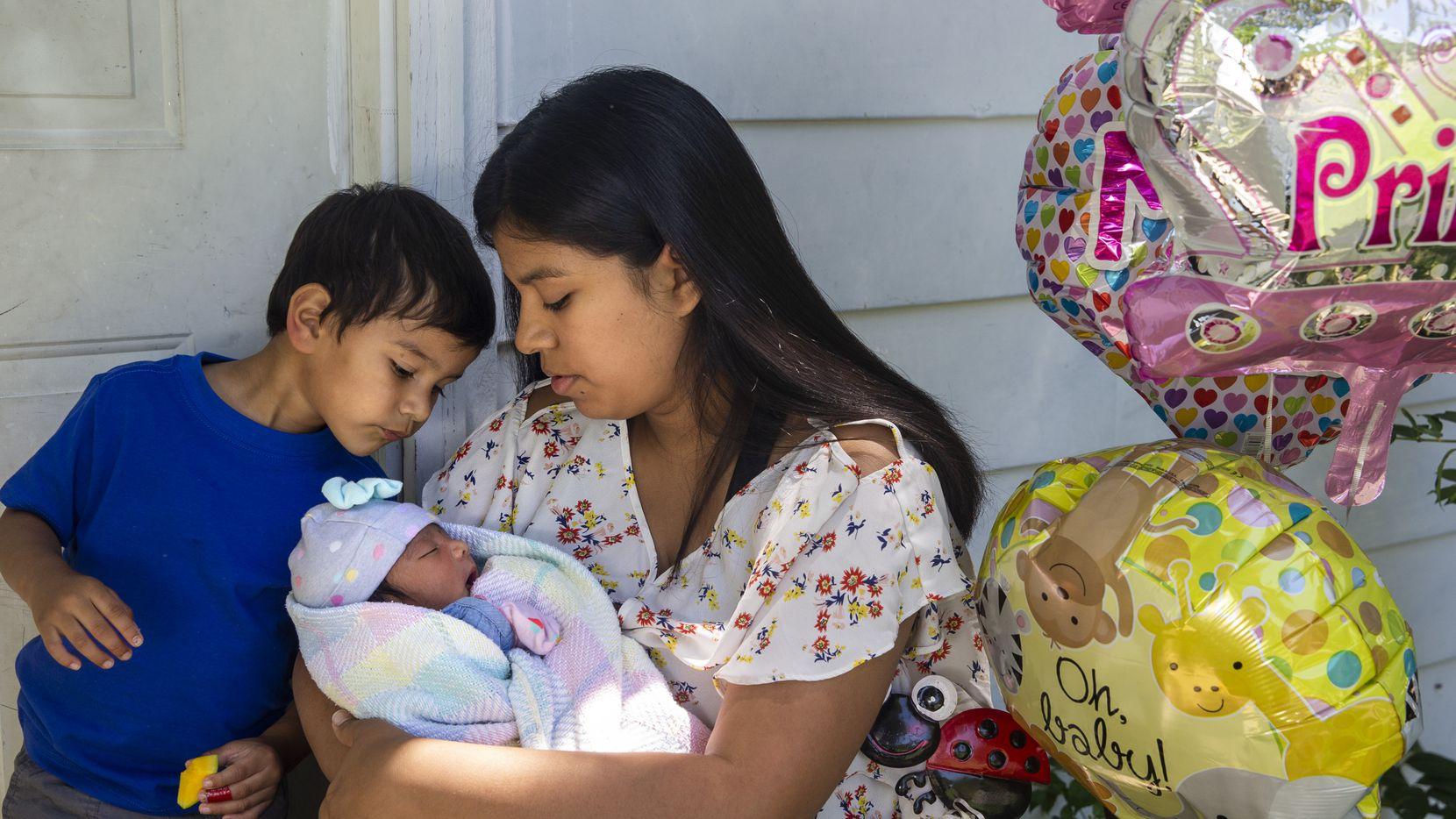 Jocelyne Tapia, junto a su recién nacido Jalees. Tapia dio a luz hace pocos días en medio de la pandemia en el hospital Parkland.