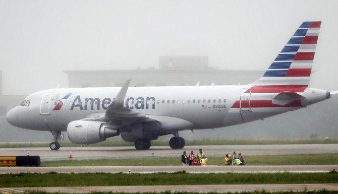 Un hoyo de 25×25 apareció cerca de una pista del aeropuerto Dallas – Fort Worth. (ESPECIAL PARA DMN/BRANDON WADE)