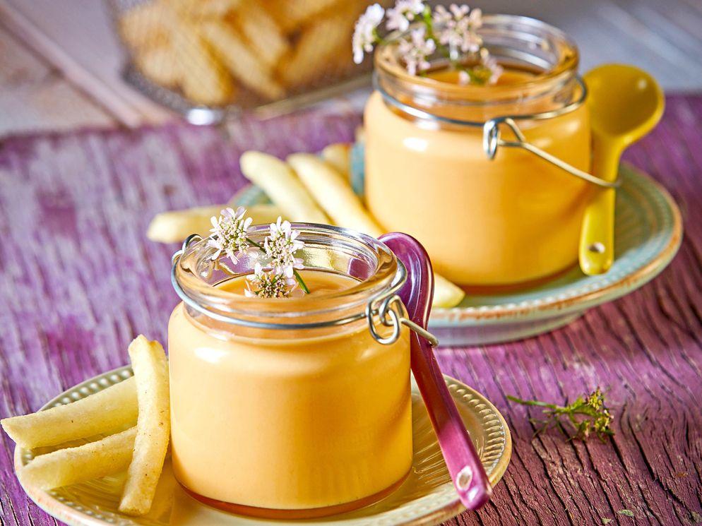 La crema de papa y zanahoria se logra al calentar la mantequilla y sofreír las zanahorias y el ajo hasta dorar ligeramente. Añadir el caldo y hervir. Agregar el puré poco a poco, cocer durante 10 minutos a fuego bajo.