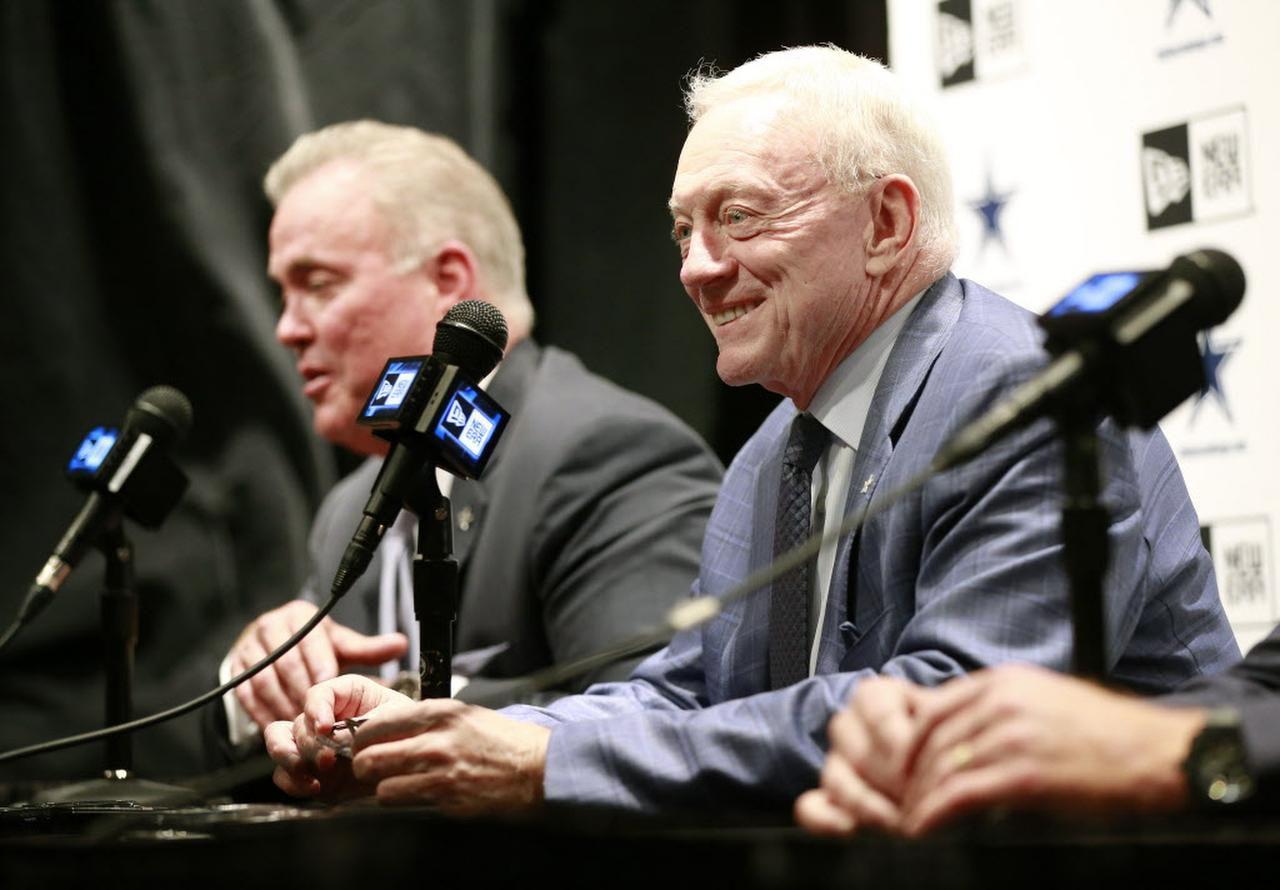 El dueño de los Cowboys Jerry Jones habla tras la elección de Ezekiel Elliot en el draft de la NFL. (DMN/TOM FOX)